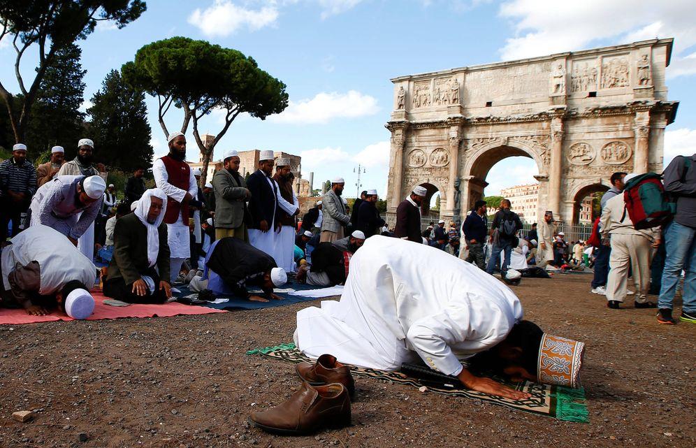 Foto: Musulmanes durante la oración del viernes frente al Coliseo, en Roma. (Reuters)