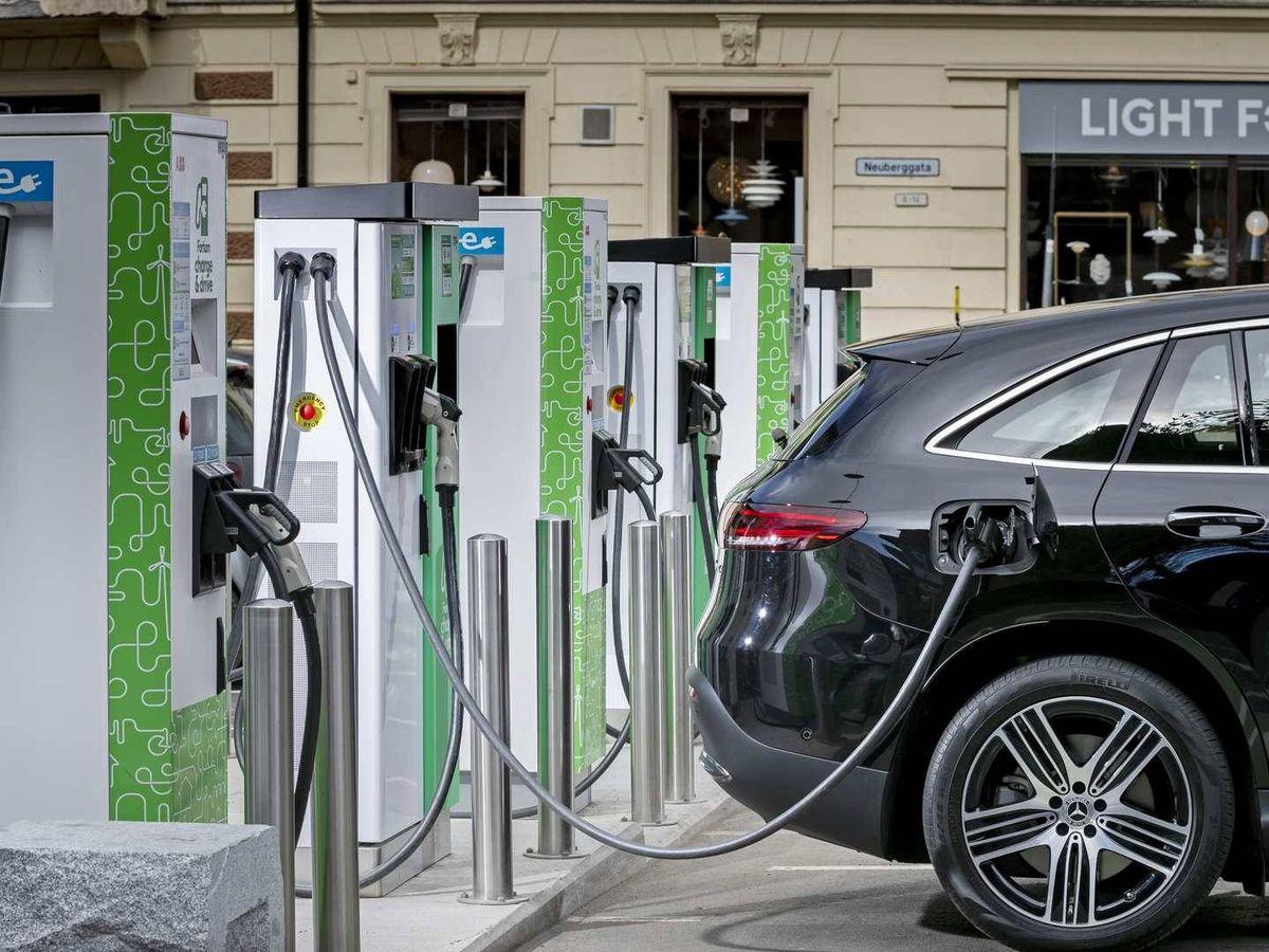 Foto: Los coches enchufables, ya sean eléctricos o híbridos cada vez se venden más.