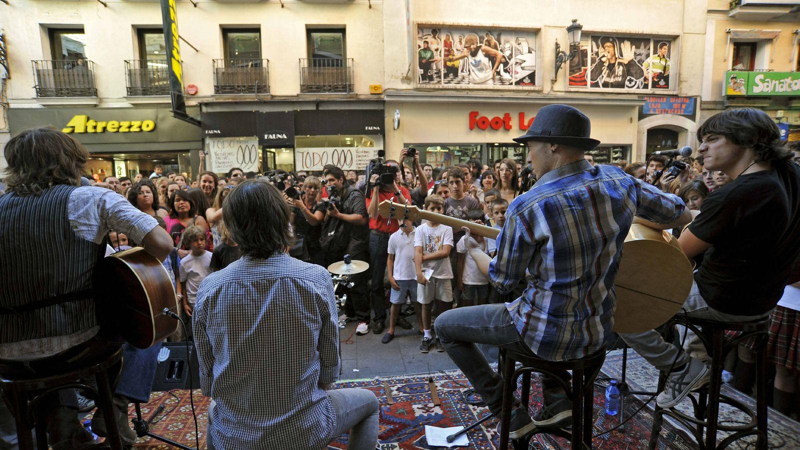 Foto: Actuación en la calle Preciados en 2010 (Efe)