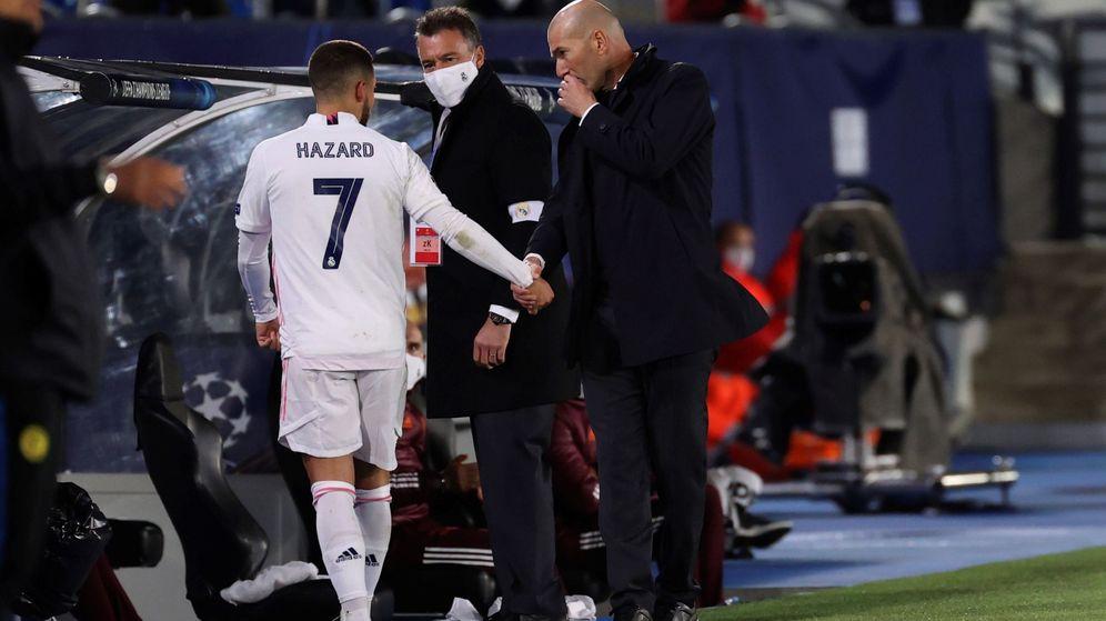 Foto: Zidane saluda a Hazard tras sustituirle en el partido contra el Inter. (EFE)