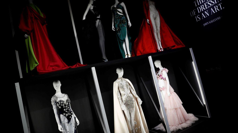Los vestidos que llevó, en la muestra de la Sala Azca de Madrid 'El cuerpo inventado'. (EFE)