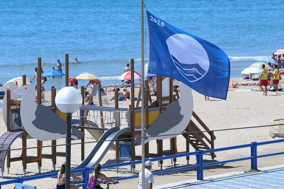 Foto: Una bandera azul en las playas de Alicante el año pasado. (EFE)