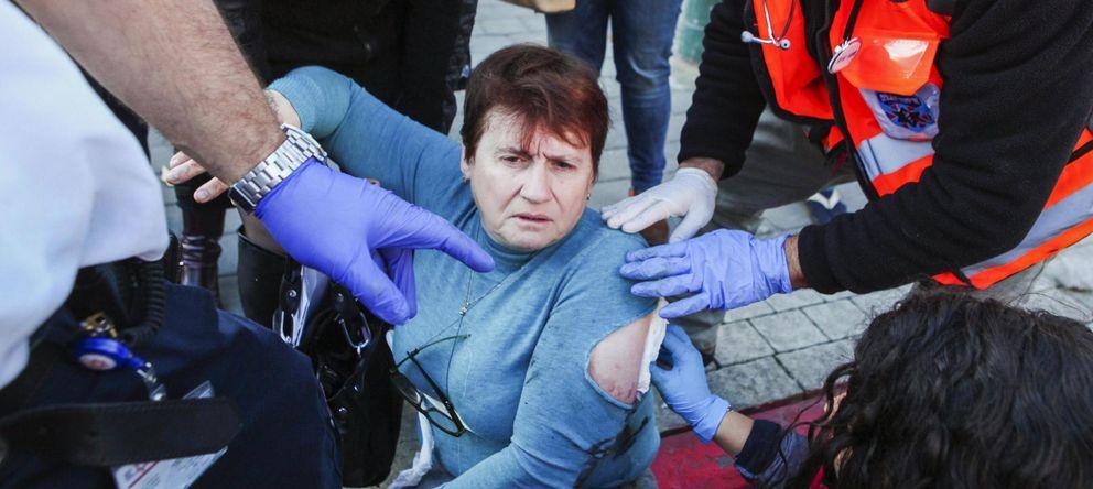 Foto: Los médicos atienden a una mujer herida por un palestino en un autobús en Tel Aviv (Reuters)