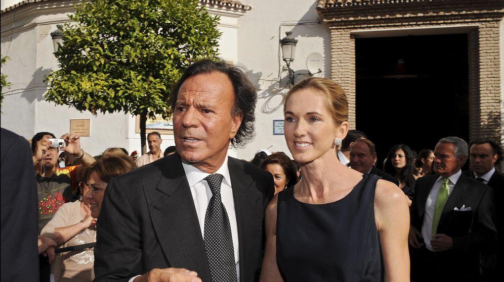 Foto: Julio Iglesias y su esposa Miranda Rijnburger, en una imagen de archivo. (Gtres)