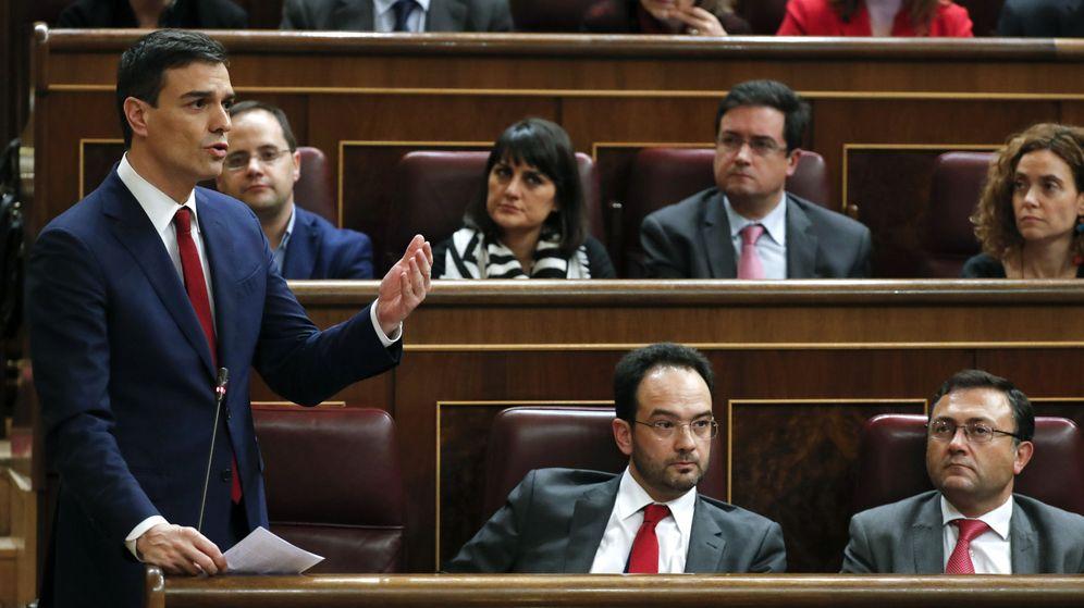 Foto: Pedro Sánchez interviene desde su escaño durante la segunda jornada del debate de investidura, este 2 de marzo. (EFE)