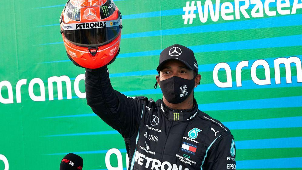 Foto: Lewis Hamilton recibía de manos del hijo de Michel Schumacher uno de sus cascos tras igualar sus victorias. (Reuters)