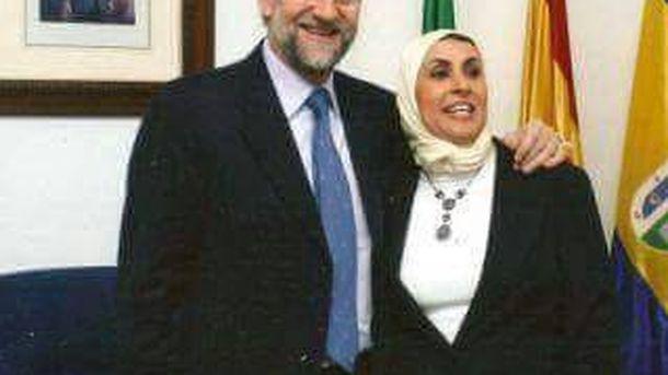 Foto: Fátima Mohamed Kaddur junto a Mariano Rajoy en los años en los que era concejala del PP