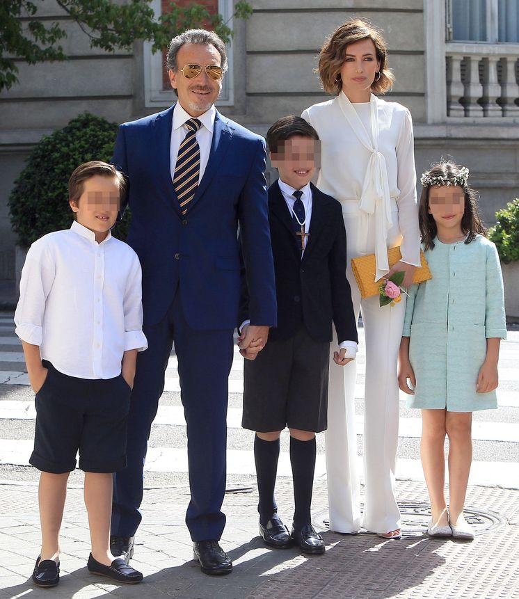Nieves lvarez radiante en la primera comuni n de su hijo for Blanca romero y sus hijos