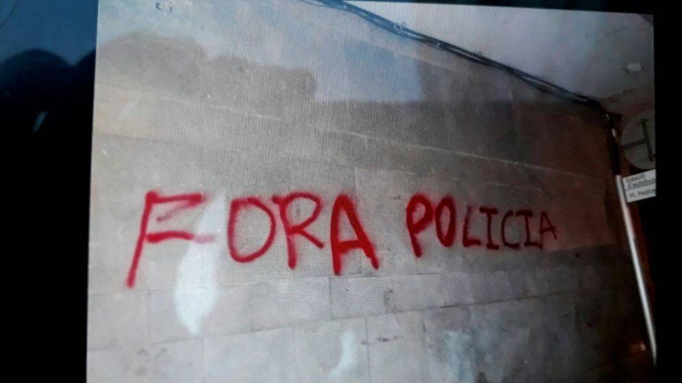 Foto: Imagen de una de las pintadas que ha aparecido frente al hotel en el que se aloja la Policía Nacional. (EC)