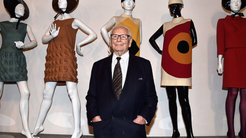 Pierre Cardin, delante de algunas de sus creaciones. (Getty)