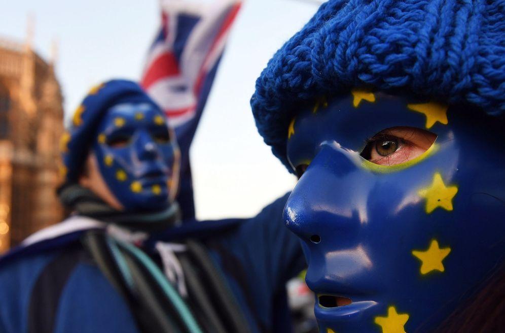 Foto: Activistas pro Unión Europea se manifiestan a las puertas del Parlamento británico en Londres. (EFE)