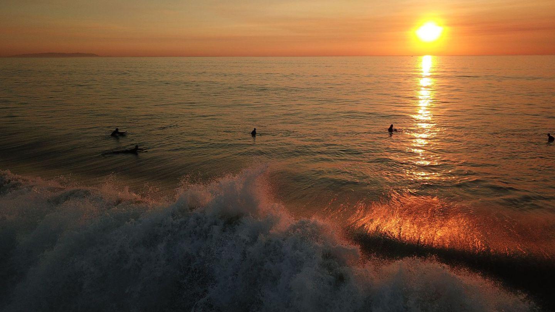Surfistas en la playa de Manhattan Beach. (EFE)