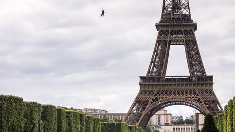 Merkel se gradúa y la tirolina de la Torre Eiffel: el día en fotos