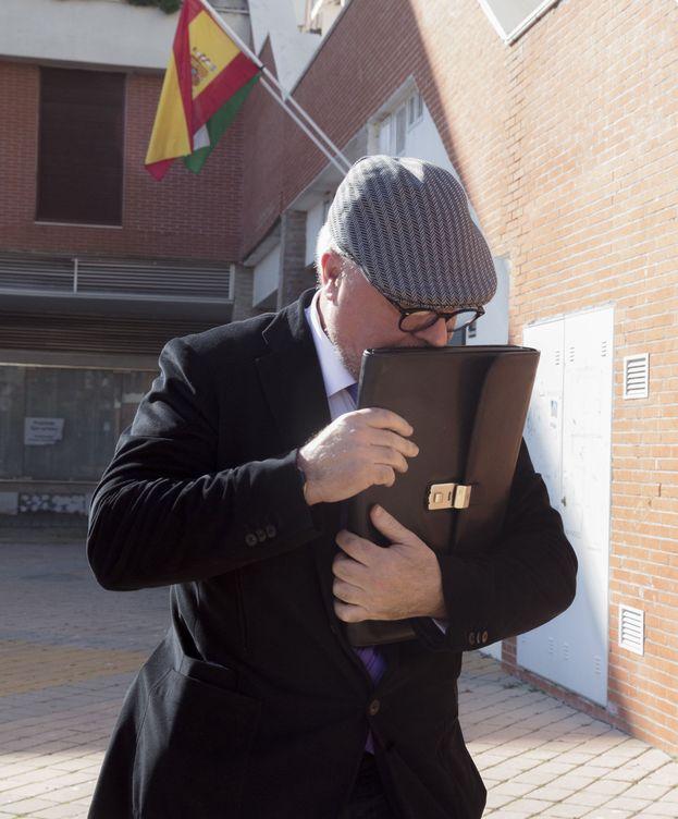 Foto: El comisario José Villarejo, tras comparecer en los juzgados de Estepona por el caso ático. (EFE)
