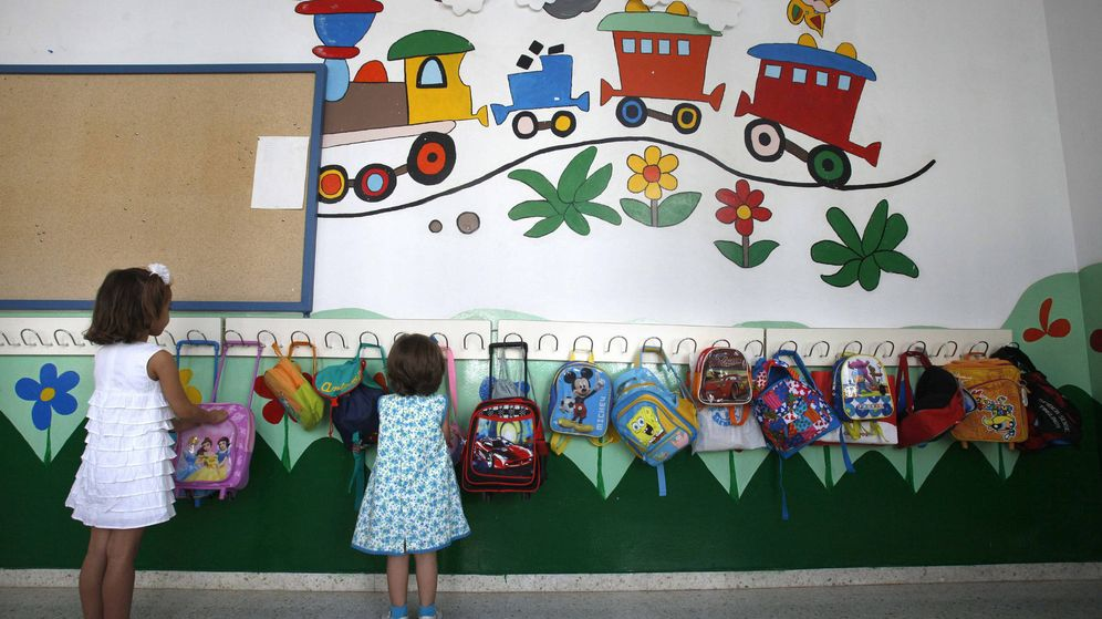 Foto: Unas niñas colocan su mochila en una colegio. (EFE)