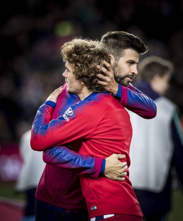 Foto: El abrazo entre Griezmann y Piqué. (FC Barcelona)
