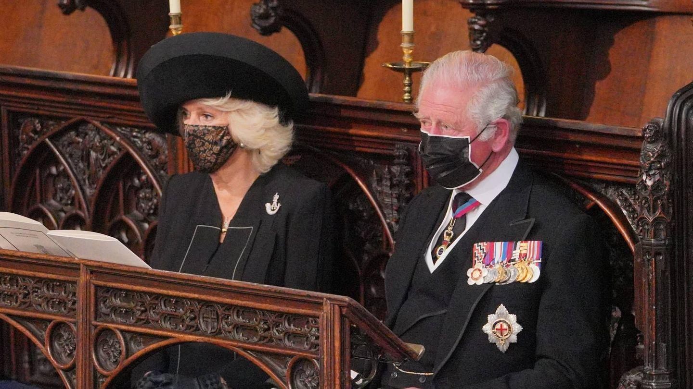 Camilla Parker junto al príncipe Carlos en el funeral del duque de Edimburgo. (Cordon Press)