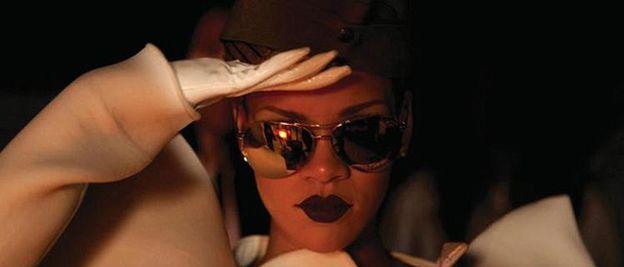Foto: Rihanna pasa revista en su nuevo vídeo, 'Hard'