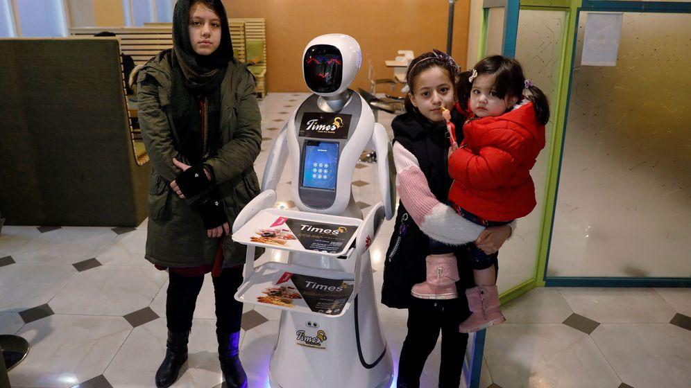 Foto: Timea, posando con unos clientes. Foto: Reuters