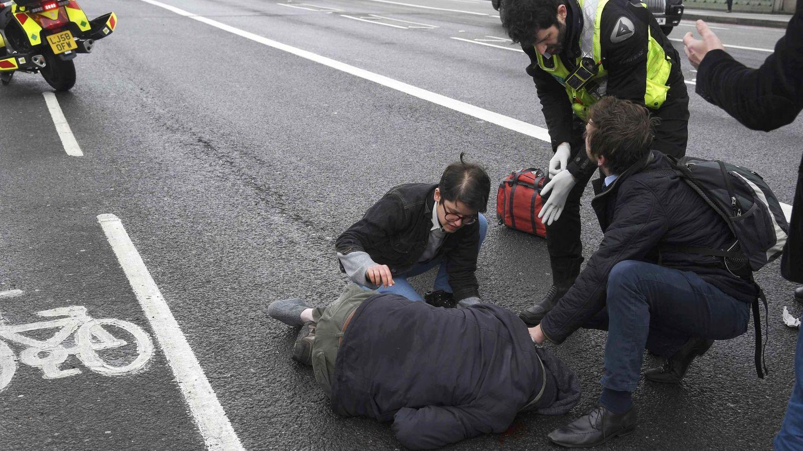 Foto: Una persona herida recibe asistencia tras el atropello en el puente de Westminster. (Reuters)