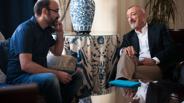 Alberto Olmos y Arturo Pérez-Reverte, durante la entrevista. (Carmen Castellón)