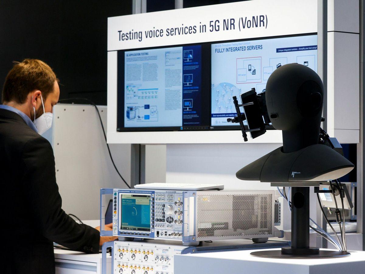 Foto: Una persona comprueba la tecnología 5G aplicada a la voz durante el Mobile World Congress (MWC)