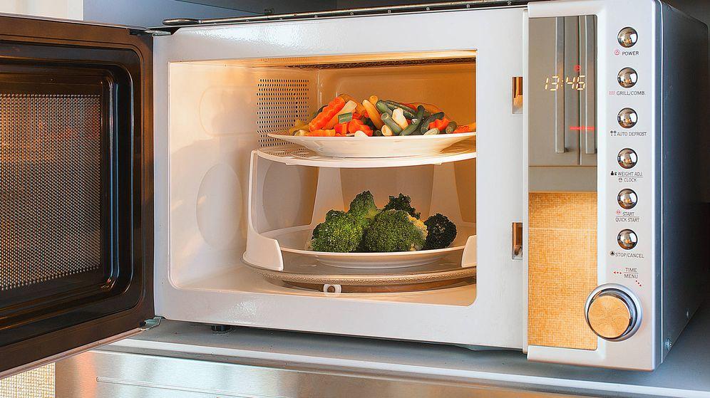 Foto: Verduras haciéndose en un microondas. (iStock)