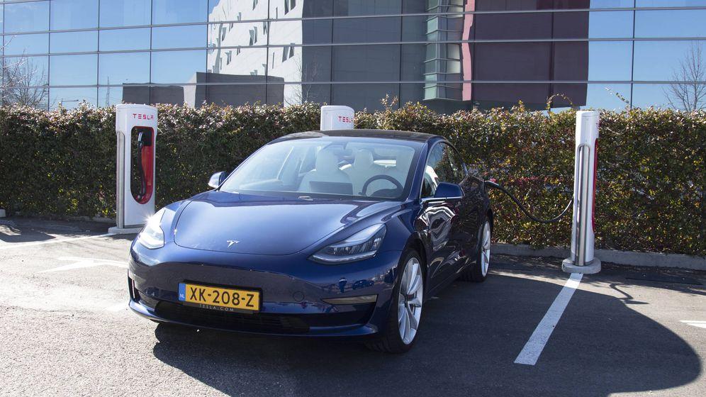 Foto: El Tesla Model 3 en una de las estaciones de 'súper cargadores'. (Patricia Seijas)