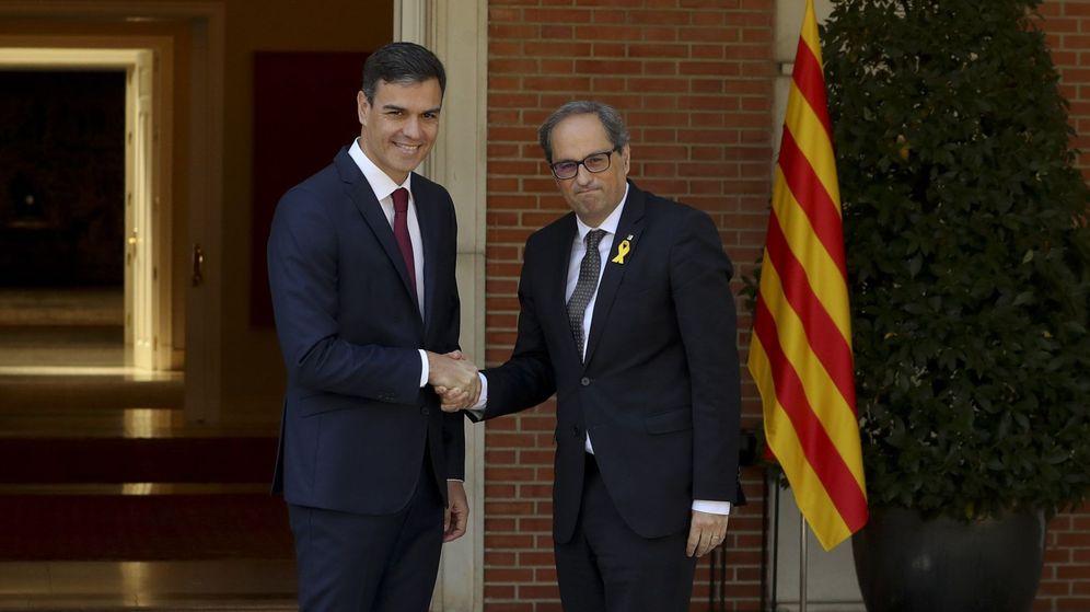 Foto: El presidente del Gobierno, Pedro Sánchez (i), y el presidente de la Generalitat, Quim Torra, posan para los medios antes de la reunión que ambos han mantenido en el Palacio de La Moncloa. (EFE)