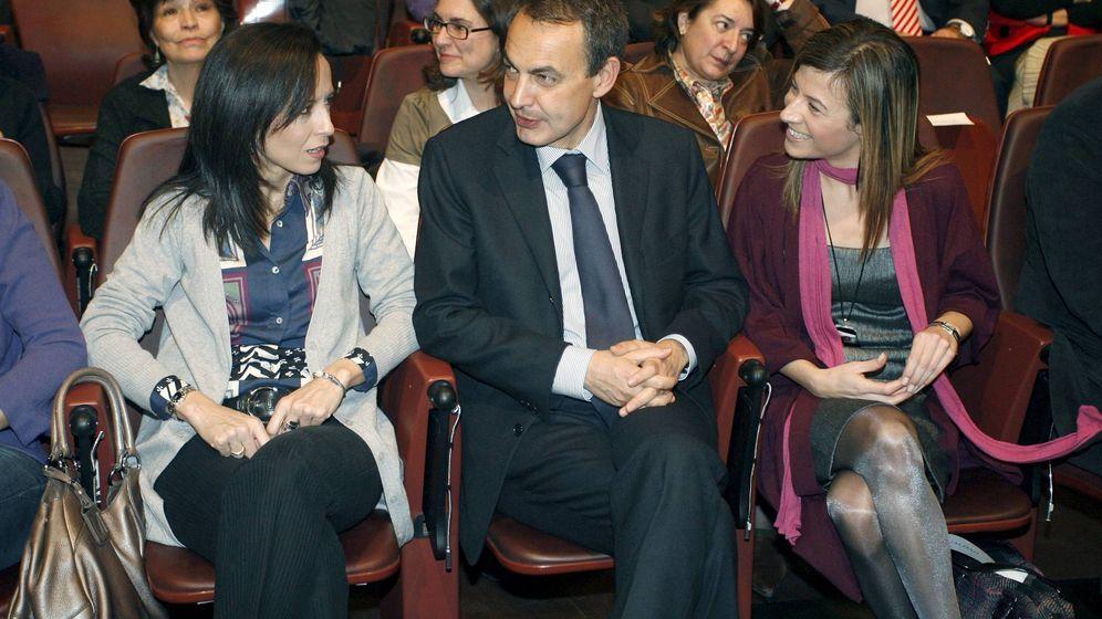 Foto: Beatriz Corredor (i) y Bibiana Aído con el entonces presidente José Luis Rodríguez Zapatero, en 2009. (EFE)