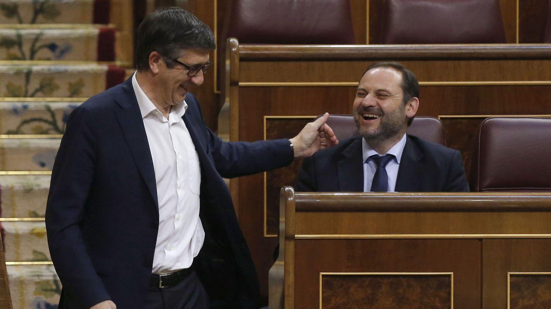 Patxi López saluda al todavía portavoz provisional del PSOE en el Congreso, José Luis Ábalos, el pasado 29 de mayo en el pleno. (EFE)