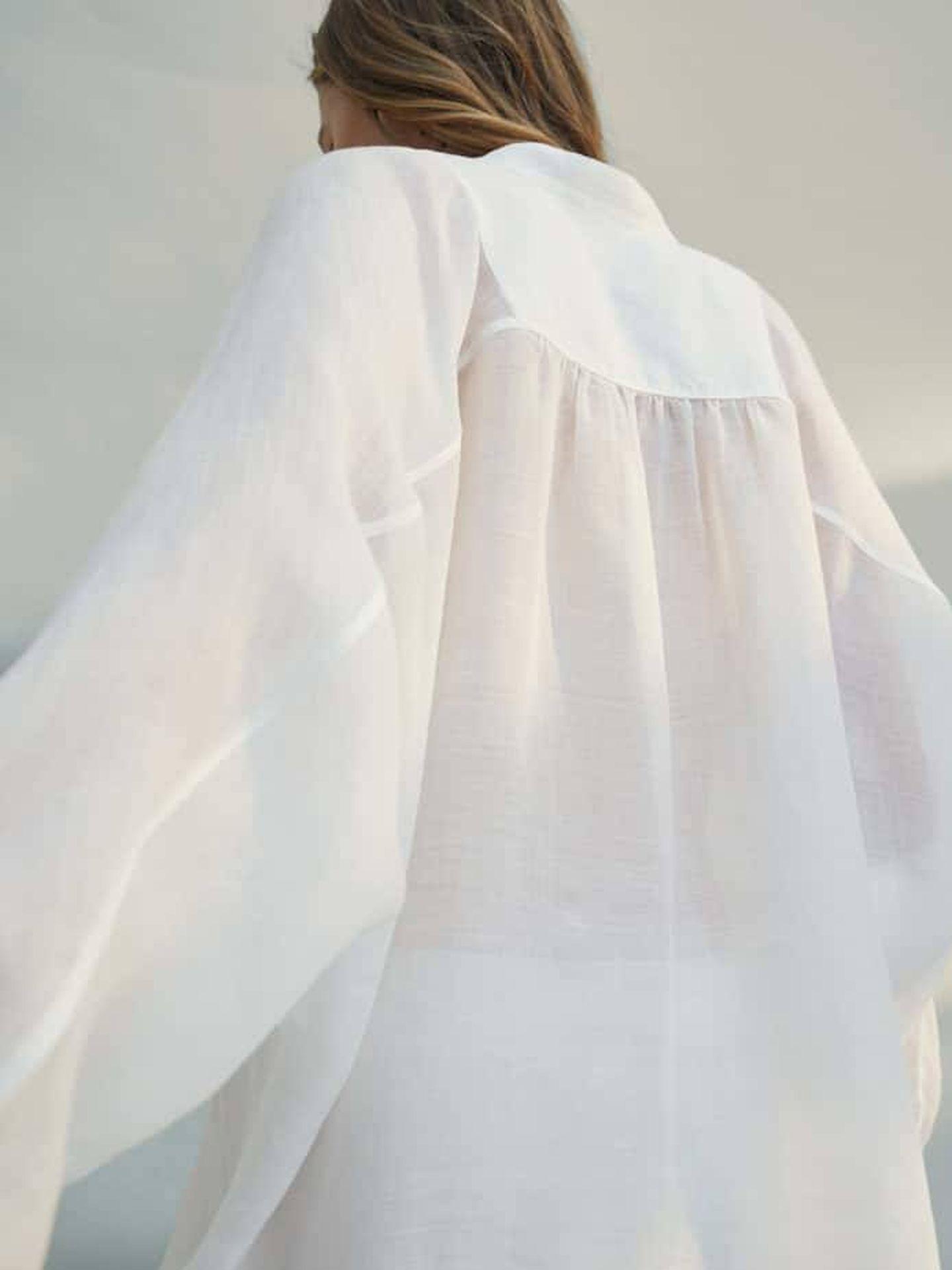 Camisa blanca de Massimo Dutti. (Cortesía)