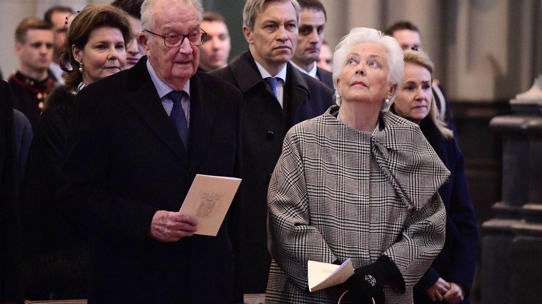Los reyes Alberto y Paola de Bélgica, en la misa por los familiares difuntos. (Cordon Press)
