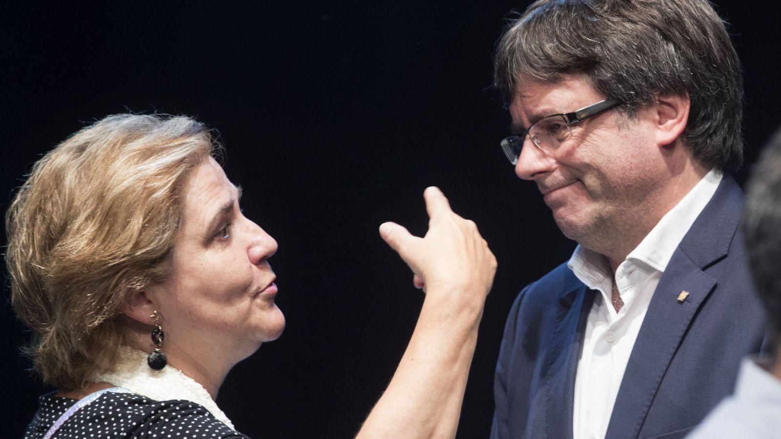 Foto: El expresidente de la Generalitat Carles Puigdemont conversa con la escritora Pilar Rahola. (EFE)