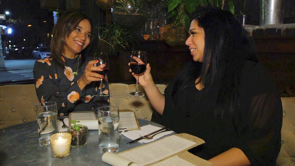 Foto: Las citas con los amigos suelen ser de noche, por lo que es difícil cenar ligero. (Reuters)