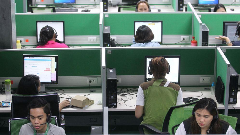 Foto: Trabajadores de un 'call center' de Filipinas: ¿serán ellos quienes te telefonean sin parar? (Reuters/Lean Daval Jr.)