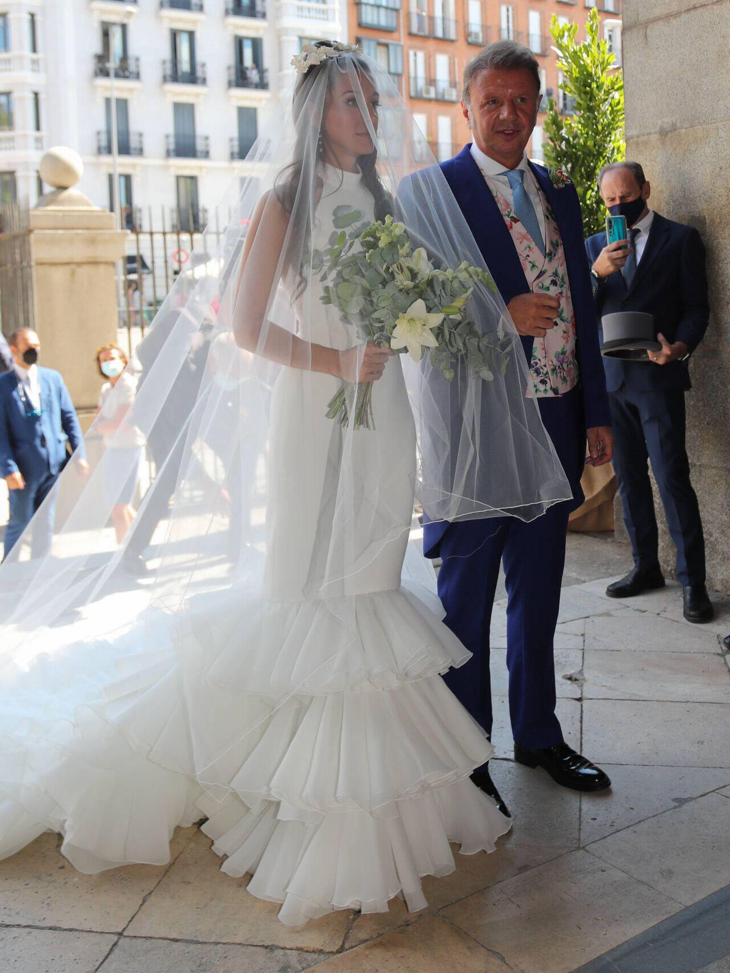 Rocío Gil en su boda, del brazo de su padre. (Gtres)
