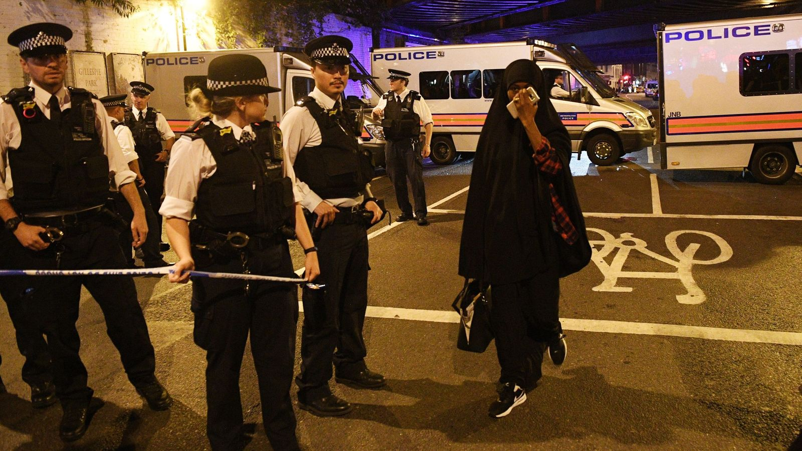 Foto: Una mujer llora tras el atentado de Finsbury Park, en Londres. (Reuters)