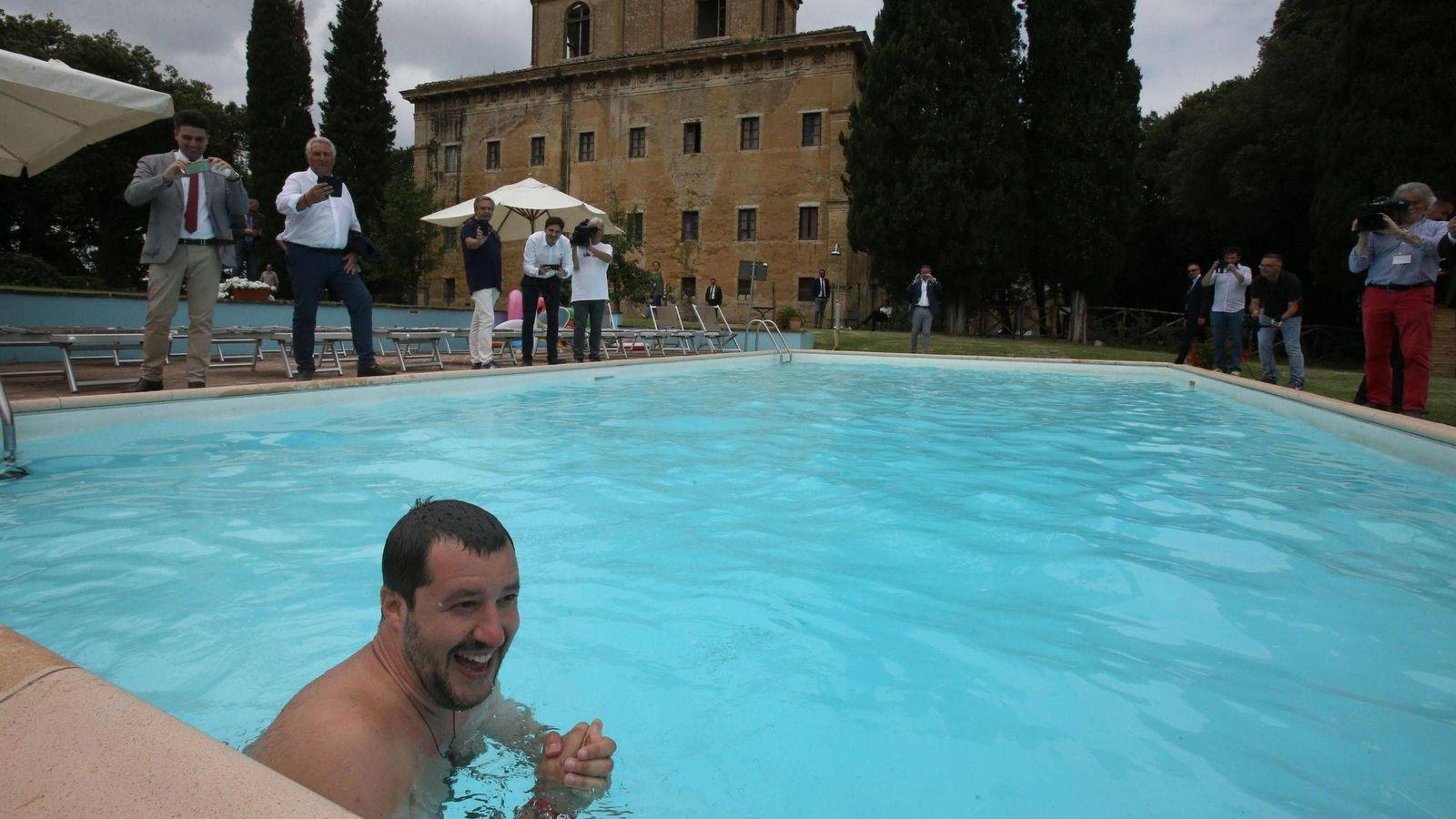 Foto: El ministro deL Interior italiano, Matteo Salvini, se baña en una piscina durante la visita a una propiedad confiscada a la mafia en Suvignano, Siena, el 3 de julio de 2018. (EFE)