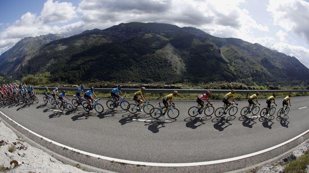 Foto: El pelotón de la pasada Vuelta a España, durante su travesía por Cantabria. (EFE)