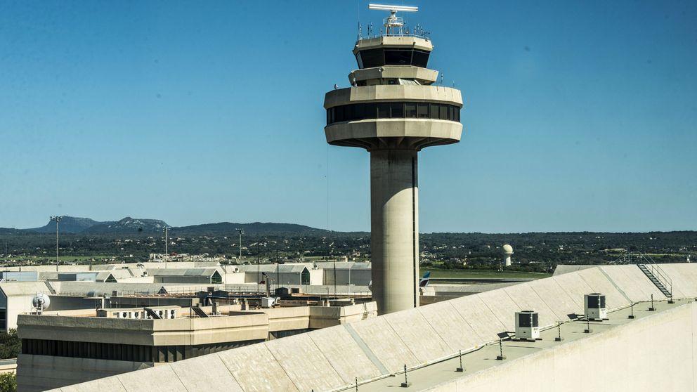 Un hombre provoca el pánico en un avión para que no le deporten a Melilla