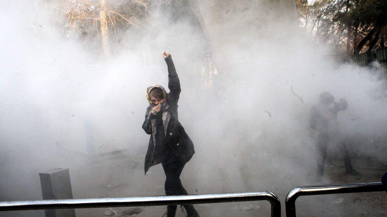 Estudiantes iraníes durante enfrentamientos con la policía cerca de la Universidad de Teherán. (Reuters)