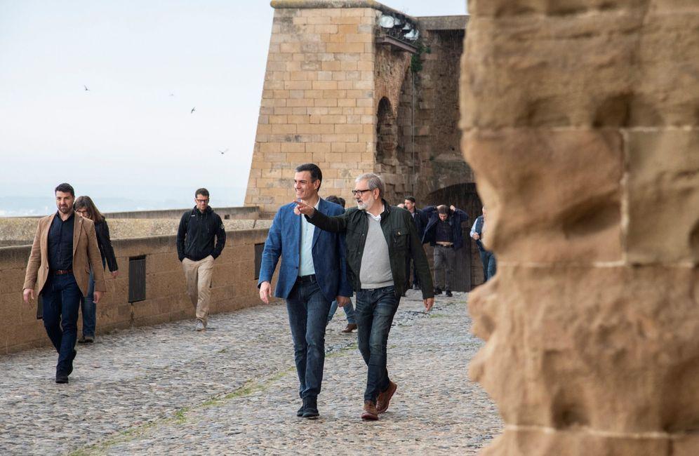 Foto: Pedro Sánchez, acompañado por el alcalde de Lleida, Fèlix Larrosa, este 18 de abril en la ciudad catalana. (EFE)