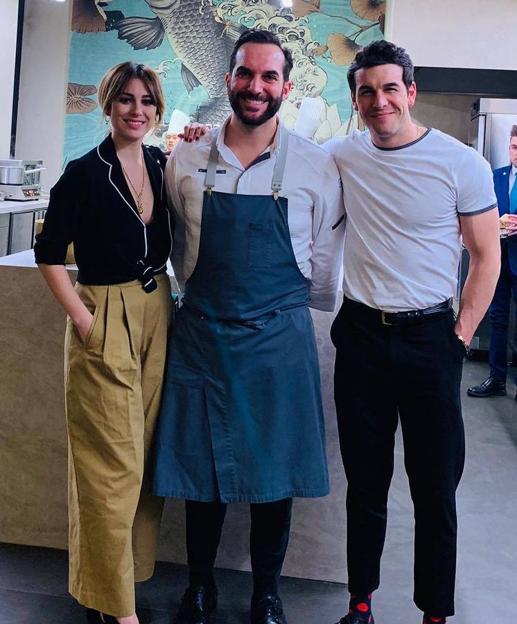 Foto: Blanca Suárez y Mario Casas con el chef Mario Sandoval en su restaurante Coque. (Instagram)