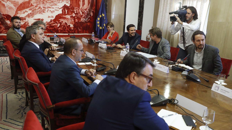Foto: El secretario general de Podemos, Pablo Iglesias (d), durante la reunión de una mesa de partidos con representantes de los grupos parlamentarios del PDeCAT, ERC, PNV y Compromís. (EFE)