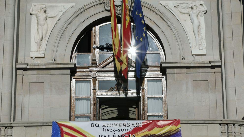Valencia, capital de la República: Ribó coloca un pancarta en el ayuntamiento