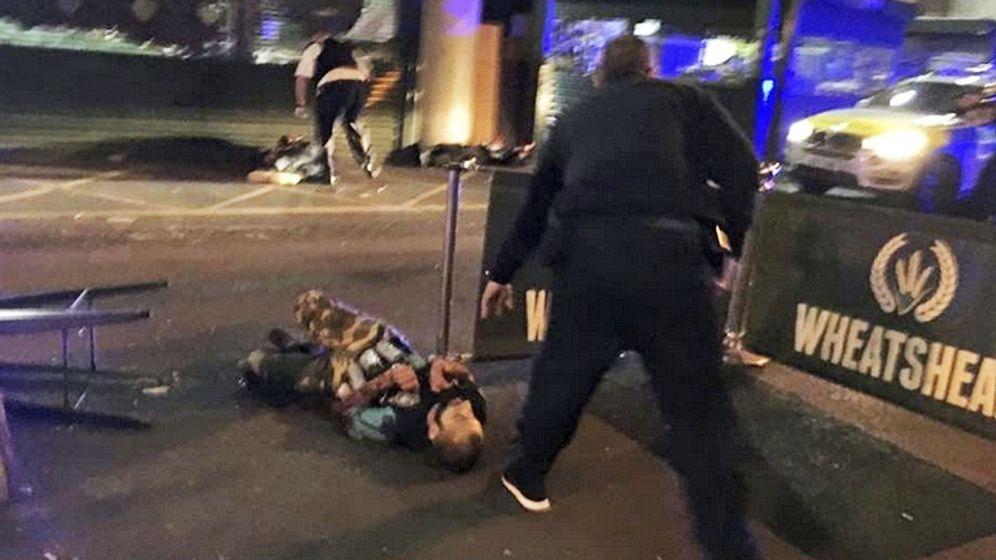 Foto: Imagen que muestra a un supuesto terrorista tendido en el suelo con un cinturón que parece tener botes adheridos.
