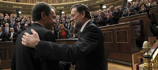 Foto: Zapatero felicita a Rajoy tras ser investido este último presidente del Gobierno. (Efe)