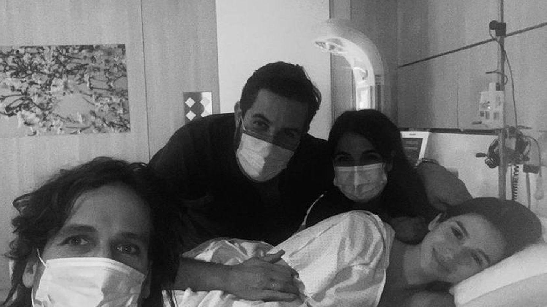 Los felices papis junto al equipo médico. (IG @sandragago_)