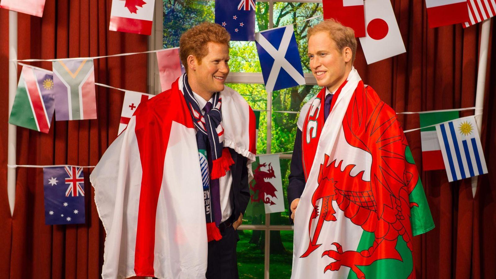 Foto: Las figuras de cera de los príncipes británicos con sus respectivas banderas (Cordon Press).